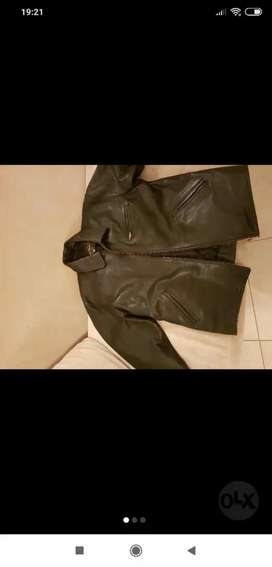 Campera cuero negra( vendo/permuto)