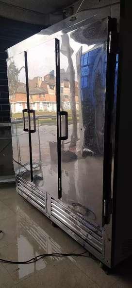 Nevera vertical de 3 puertas