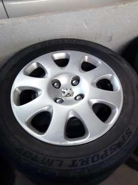 Vendo juego de llantas chapa con tapa ruedas originales Peugeot 307 rodado 15