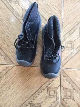 Se venden zapatos usados