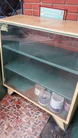 Vendo Vitrina Antigua de Metal y Vidrio buen estado.  En las Fotos se puede Observar.  Valor 100.000