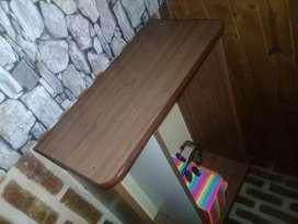 escritorio con silla y biblioteca