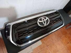 Parrilla Toyota Hilux 18-20 Cromada Con Emblema Original