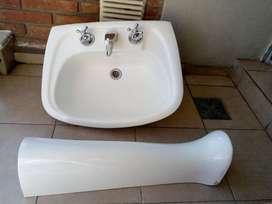 lavatorio con columna loza blanca marca Ferrum. 3 agujeros.SIN Grifería.