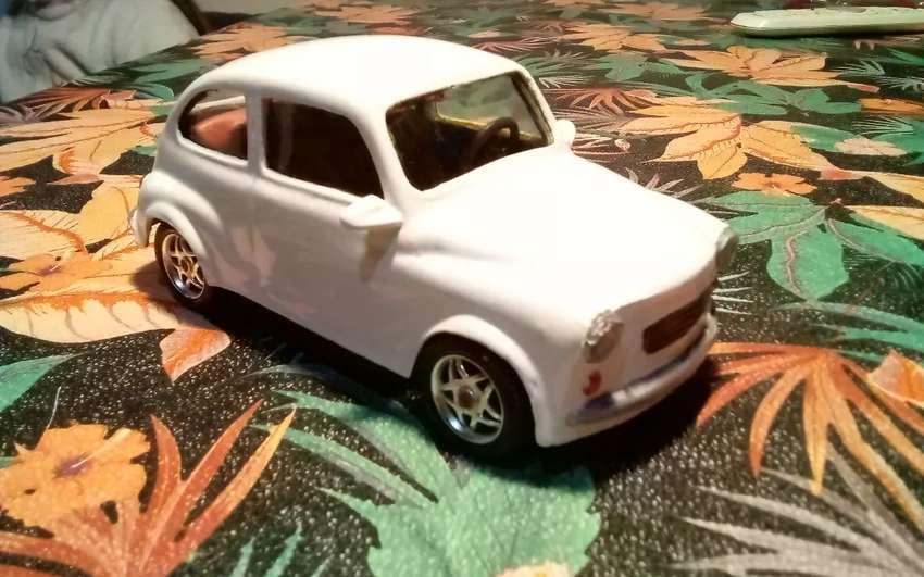 Fiat 600 Sanz a fricción juguete de plástico
