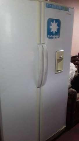 Refrigeradora marca Indurama modelo dos puertas