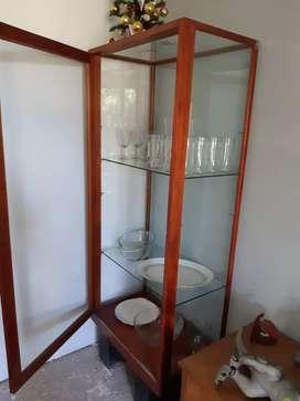 Vendo vitrina de vidrio antigia y escritorio