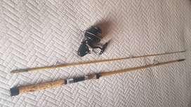 Caña de pesca y carretel antiguos