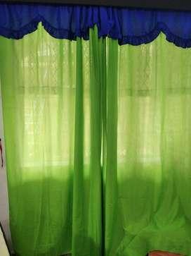 Dos cortinas verde con azul