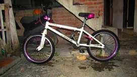 BMX  Mela de color blanco con detalles morados