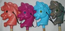 Caballo Plástico NIJOS con Ojos de Colores y Palo de Madera