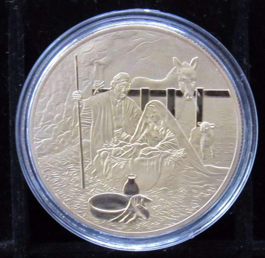 Medalla metálica dorada Nacimiento en el pesebre 0