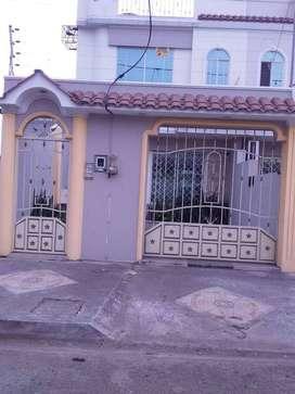 Vendo casa de dos plantas en Ceteoro por el colieo Walter Saco cerca de la via a Puerto Bolivar