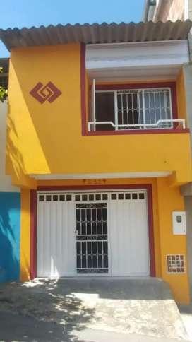 Aparta estudio de 2 pisos con una habitación, un baño, garage, cocina, lavadero, sala y mirador.