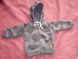 Campera con cierre y capucha camuflada en gris con friza Marca Minimimo Talle XL
