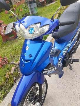 La moto tiene targeta y traspaso bes 125 modelo 2005 color azul