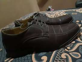 Se vende zapatillas cafe marron