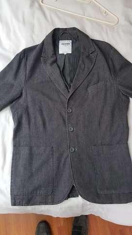 chaqueta gris marca chevignon