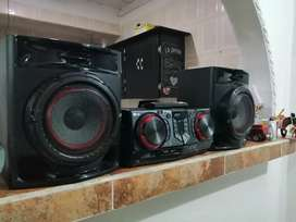 Se vende marca LG PERFECTO ESTADO FISICO Y FUNCIONAL TIENE 2 USB CD AM. FM BLUETOOTH AUXILIAR TV ETC.