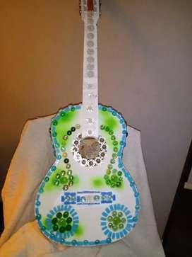 Guitarra intervenida artisticamente