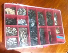 Caja con tornillos importados