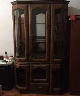 Vendo vitrina de madera en buen estado con repisas de vidrio por motivo de mudanza lo ofrecemos