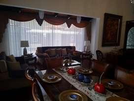 BAJO PRECIO! Espectacular Casa 1 Planta 3 Dormitorios 3 1/2 Baños Estudio 2 Garages Patio BBQ