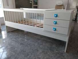 Cuna funcional de 1 plaza con barandas removibles y mueble cambiador de 3 cajoncitos y baulera