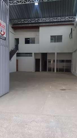 Bodega disponible para renta con oficinas