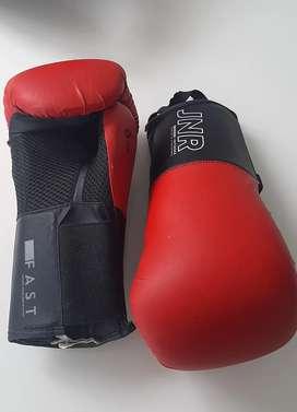 Se vende protector y guantes de boxeo.