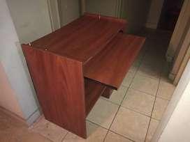 escritorio para computadora, tiene una parte desmontable que va arriba, que no se ve en las fotos.
