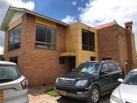 Casa con gran zona verde en Cajica