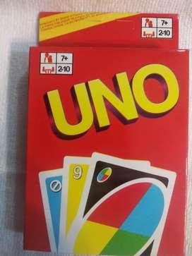 Un juego de cartas que se llama '' UNO ''
