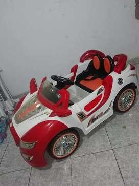 Vendo carro automatico, excelente estado, para niño de 0 a 5 años.