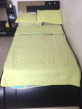Se vende cama con mesa de noche y espejo