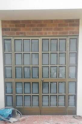Puerta y ventana  con vidrio