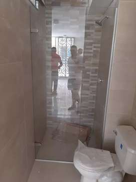 Se hacen divisiones de baño en vidrio