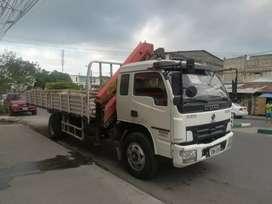 Camión grua con brazo hidráulico