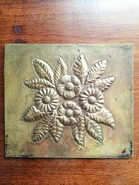 Flores cinceladas en lámina de bronce