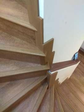 Instalación de piso laminado con guardescoba