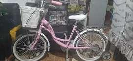 Vendo una bicicleta con canastilla