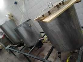 Equipo fabrica cerveza