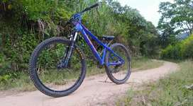 Se vende bicicleta GW RAVEN Azul fucsia en muy buen estado NEGOCIABLE