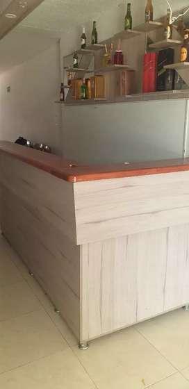 Se vende barra en madera para negocio