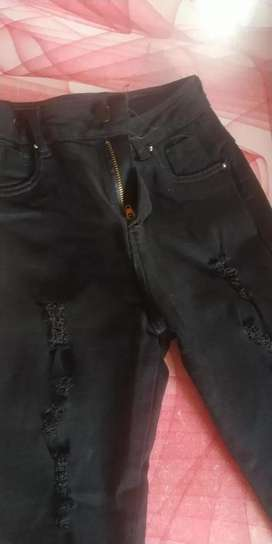 Pantalón rasgado color negro