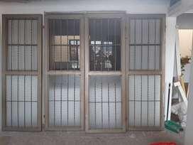 Puerta garaje de cuatro naves , con vidrio  , excelente estado