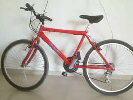 Bicicleta grande roja y bonita en buen estado
