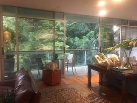 En venta apartamento en El Poblado, sector Las Santas, cerca de El Tesoro, unidad completa, vista a verde, muy tranquilo