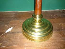 Lámpara antigua de pie de bronce y madera
