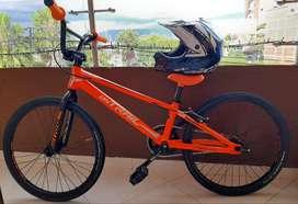 Se vende bicibleta de bicicros semipro con casco en excelente estado